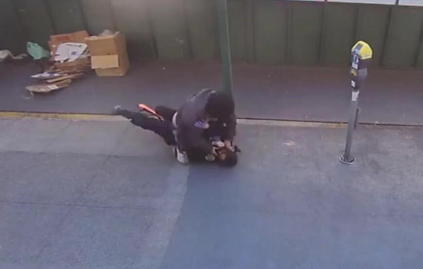Oficial de Policía atacada por un habitante de calle