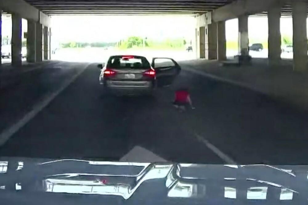 Mujer saltó de un carro en movimiento