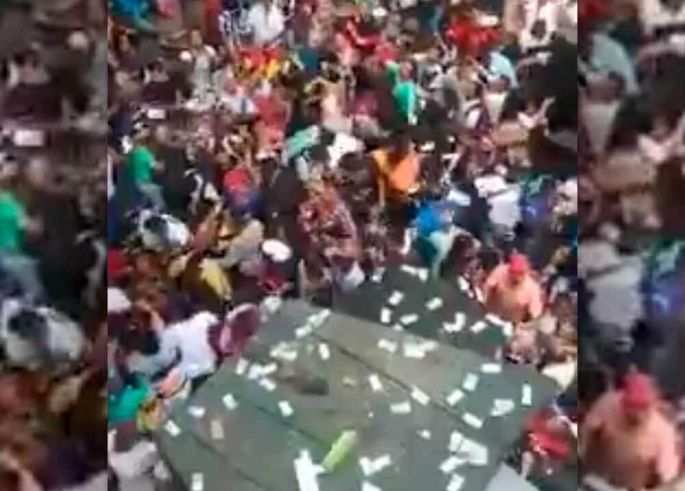 351307_Caos en el parque Berrío por hombre que lanzó billetes al aire // Foto: captura video suministrado