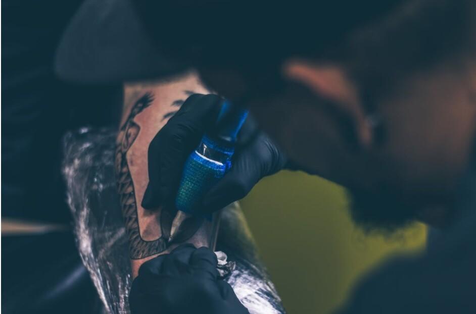 Brandon Presha fue arrestado de tatuar a un niño en una restaurante de comida rápida