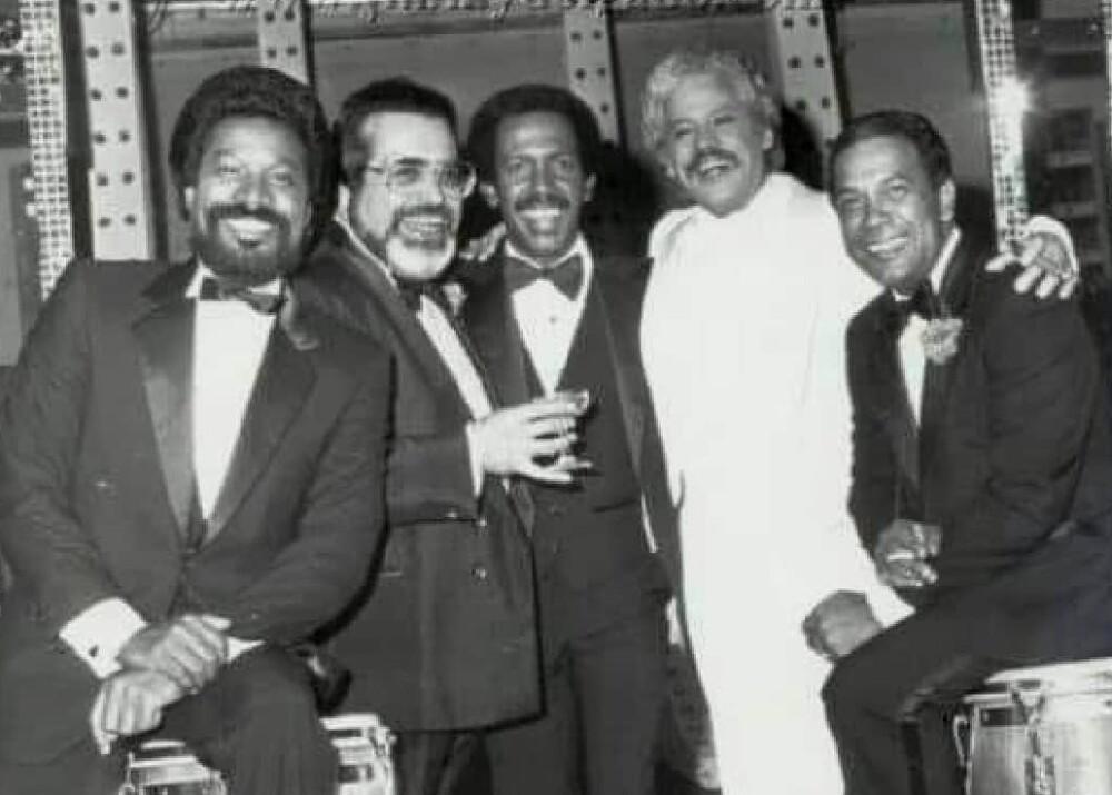 Johnny Pacheco (de blanco) y Roberto Roena (a su izquierda).jpeg