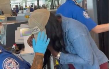 Mujer se retira gorra en aeropuerto