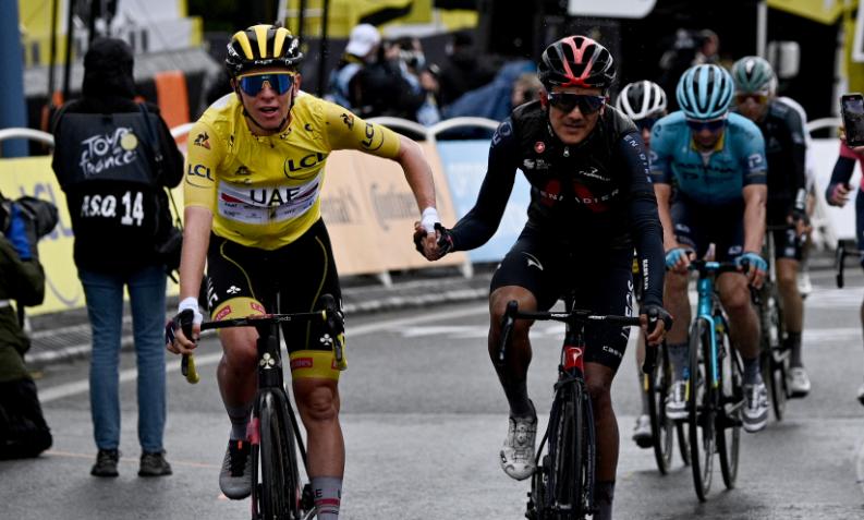 Tadej Pogacar y Richard Carapaz en la llegada de la etapa 16 del Tour de Francia.