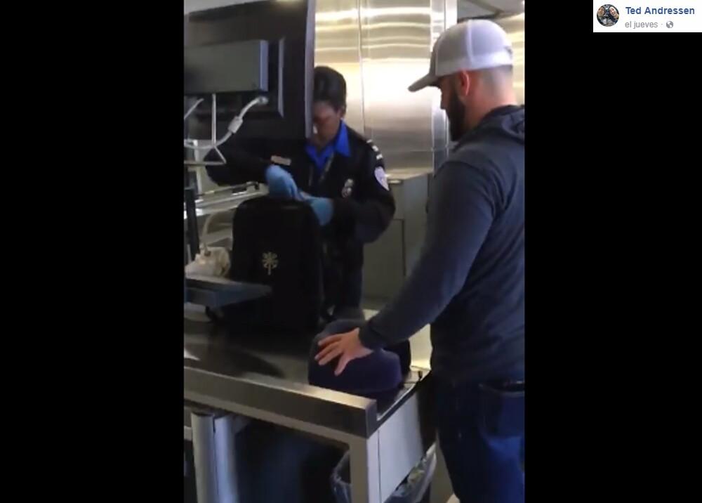 7881_La Kalle - Broma del consolador en el aeropuerto - Foto Facebook