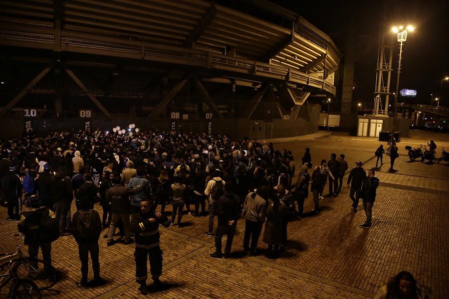 Hinchas de Millonarios, a las afueras del estadio