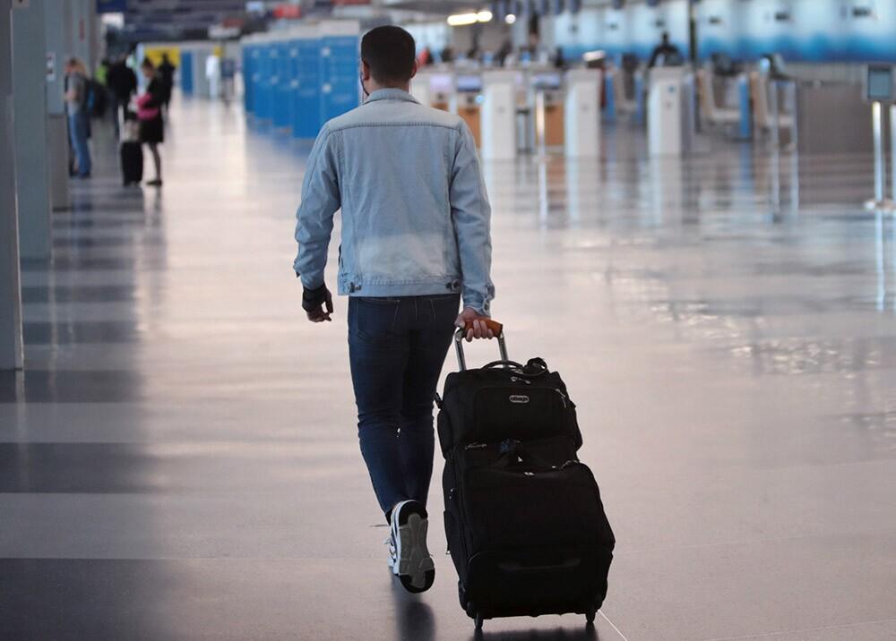 Viajeros en aeropuerto esperando vuelos