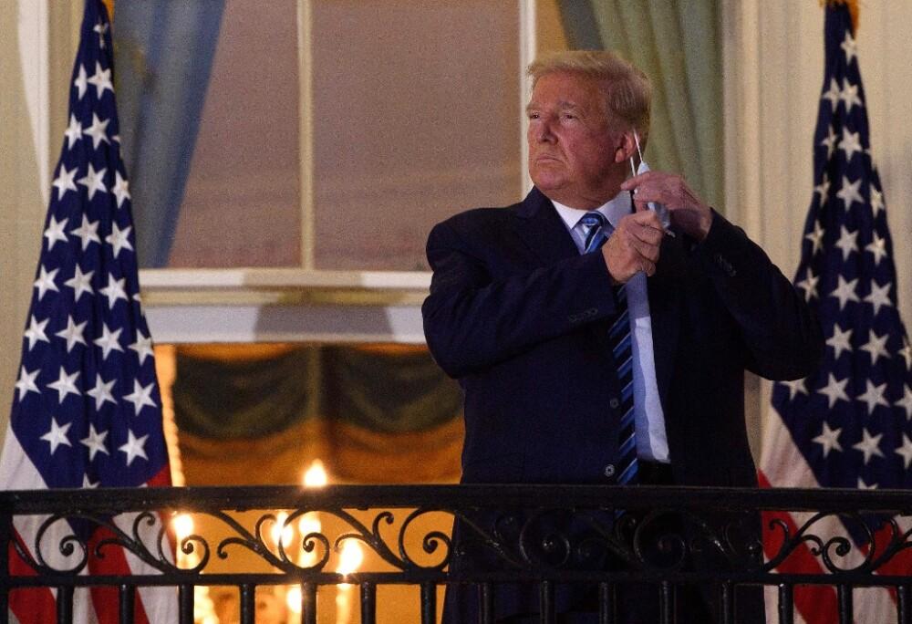 Donald Trump se quitó el tapabocas a su llegada a la Casa Blanca. Foto AFP