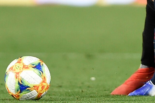 Árbitro se arrodilló y pidió disculpas por cometer un error durante un partido