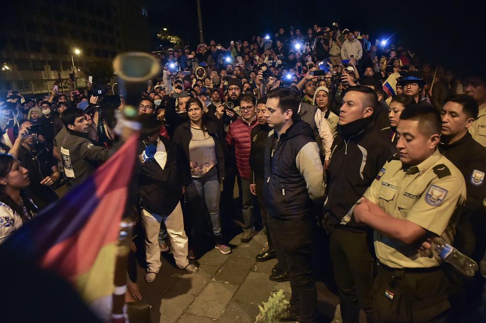 345614_Blu Radio. Indígenas liberan a agentes de policía y periodistas retenidos en Quito // Foto: AFP