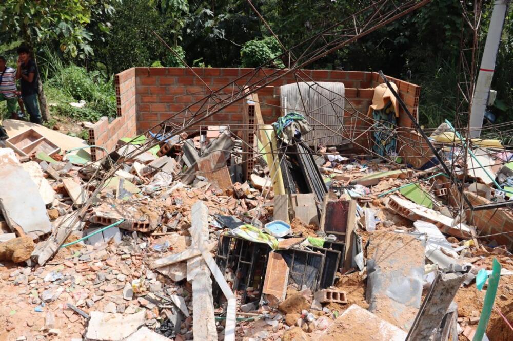 Otras 30 personas serán evacuadas por riesgo de derrumbes en vía Medellín-Bogotá