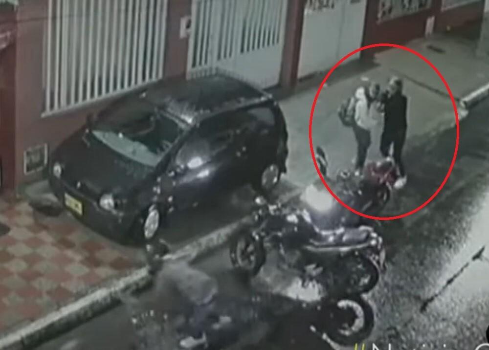 hombre dispara a ladrones que le querían qutar la moto.jpg