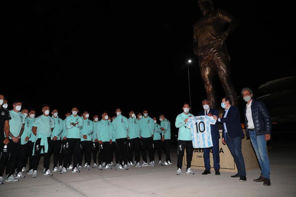 Selección Argentina y la estatua de Diego Armando Maradona.