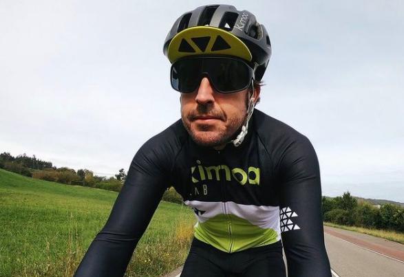 Fernando Alonso fue atropellado mientras montaba bicicleta.