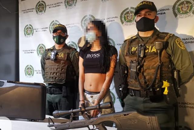 capturada joven que llevaba rifle en un estuche.png