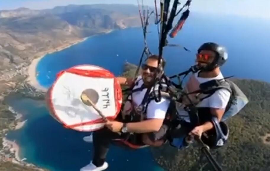 Amante de la adrenalina: hombre toca el tambor desde un paracaídas