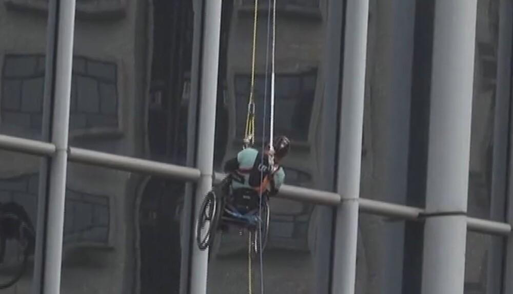 Hombre escala rascacielos en silla de ruedas   - 17 de enero de 2021.jpg