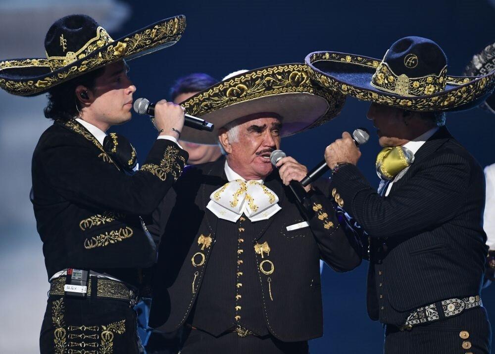 348368_Vicente, Alejandro y Álex Fernández en los Latin Grammy // Foto: AFP