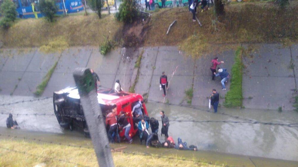 Bus cayó a caño