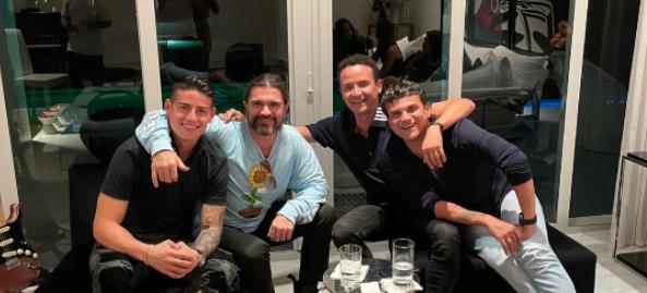 James Rodríguez, Juanes, Fonseca y Silvestre Dangon. Oficial James Rodríguez.PNG
