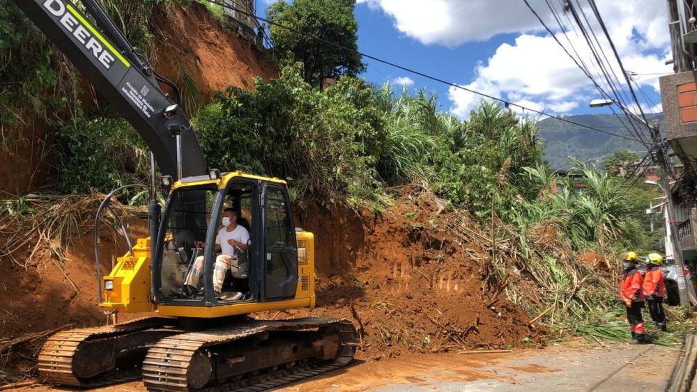 Con maquinaria amarilla remueven los escombros tras derrumbe en el bario Caicedo de Medellín
