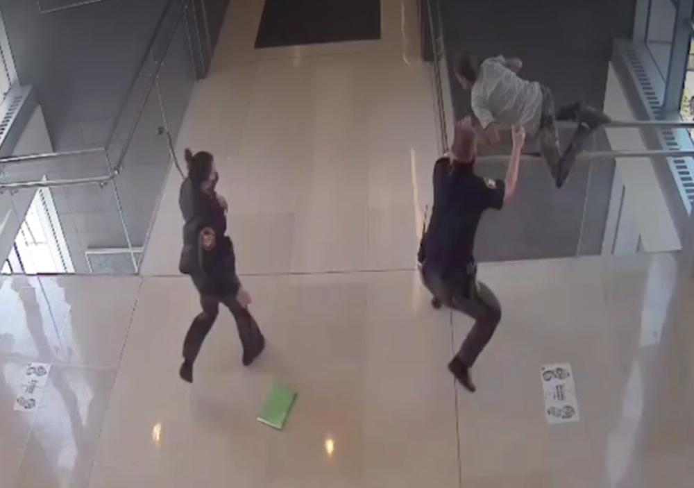 Detenido saltó por un balcón