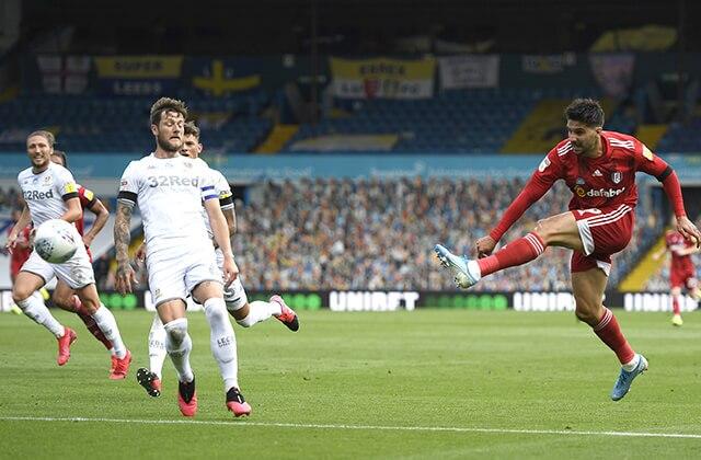 339867_Acción de juego del Leeds United vs. Fulham