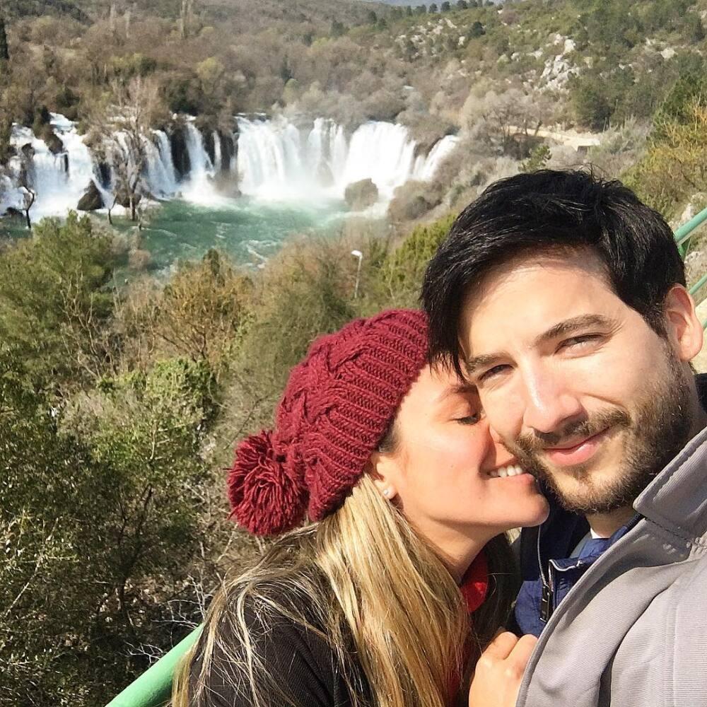 Carlos Torres y su novia Johanna
