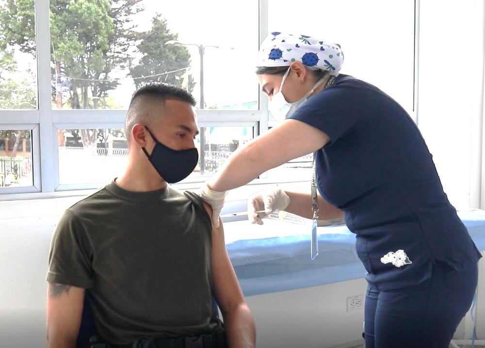 Vacunación de policías contra el coronavirus.jpeg