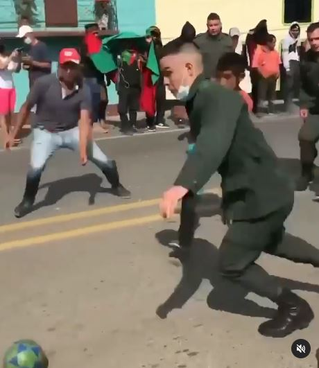 Policía y manifestantes jugando
