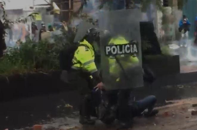 Dos policías arrastraron a joven durante enfrentamientos.JPG