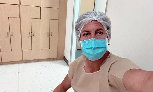 Alejandro riaño en la sala de un hospital.jpg