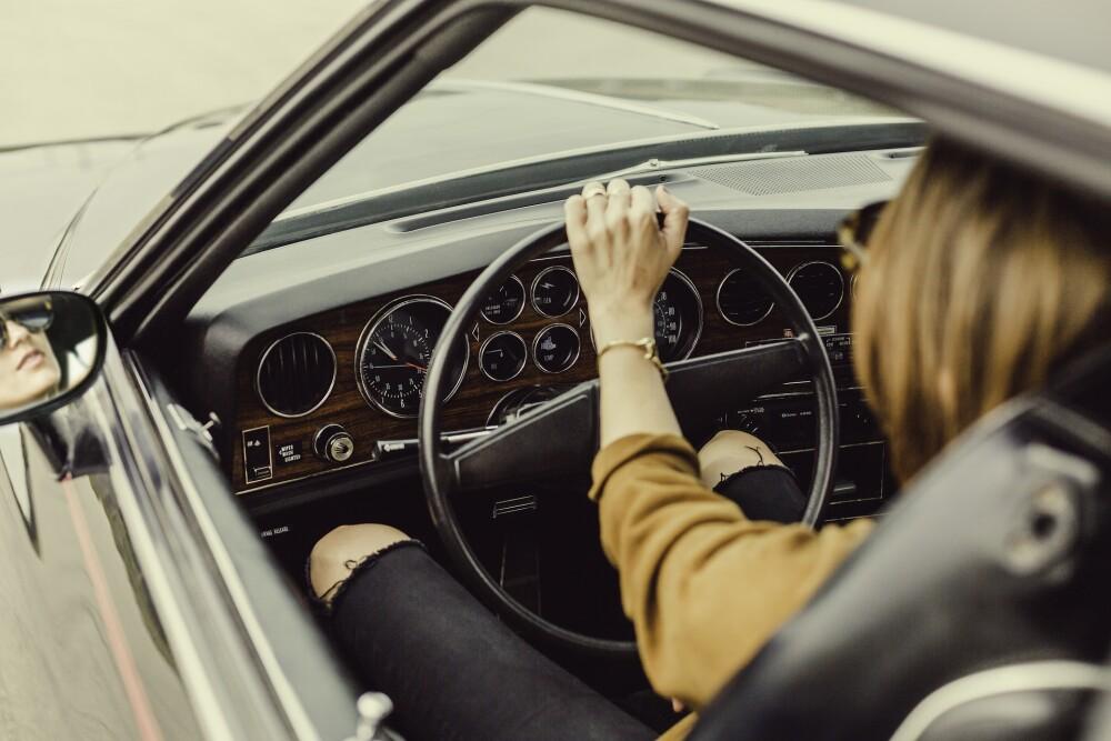 Mujer carro vehiculo