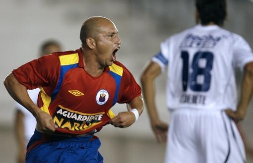 24412_Carlos Rodas celebrando un gol ante Gimnasia y Esgrima de la Plata en 2007. Foto: AFP