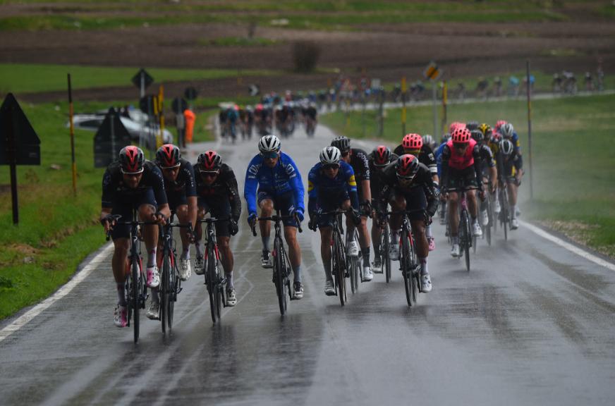 Momento decisivo en el que Egan Bernal arma un abanico en la etapa 6 del Giro de Italia 2021.