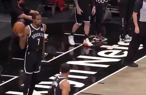 Kevin Durant fue figura de los Nets frente a los Bucks en la NBA.
