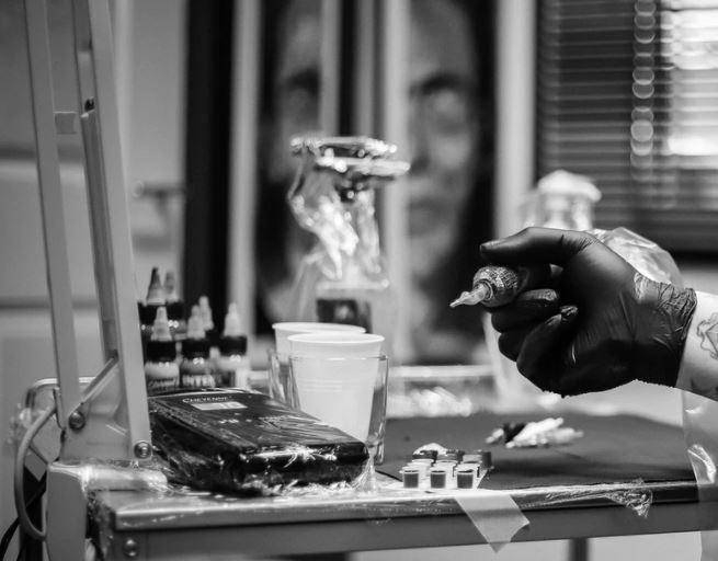 secuestran a joven con discapacidad y tatúan su rostro en España