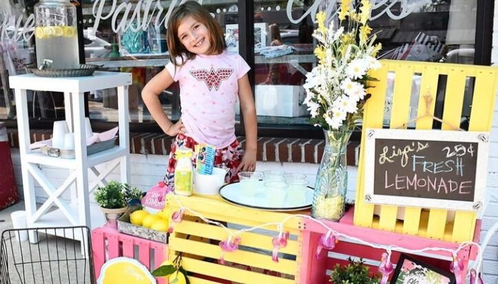 Niña vende limonadas para pagar sus cirjugías