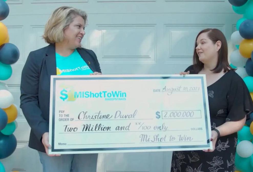Mujer ganó 2 millones de dólares por estar vacunada contra el COVID
