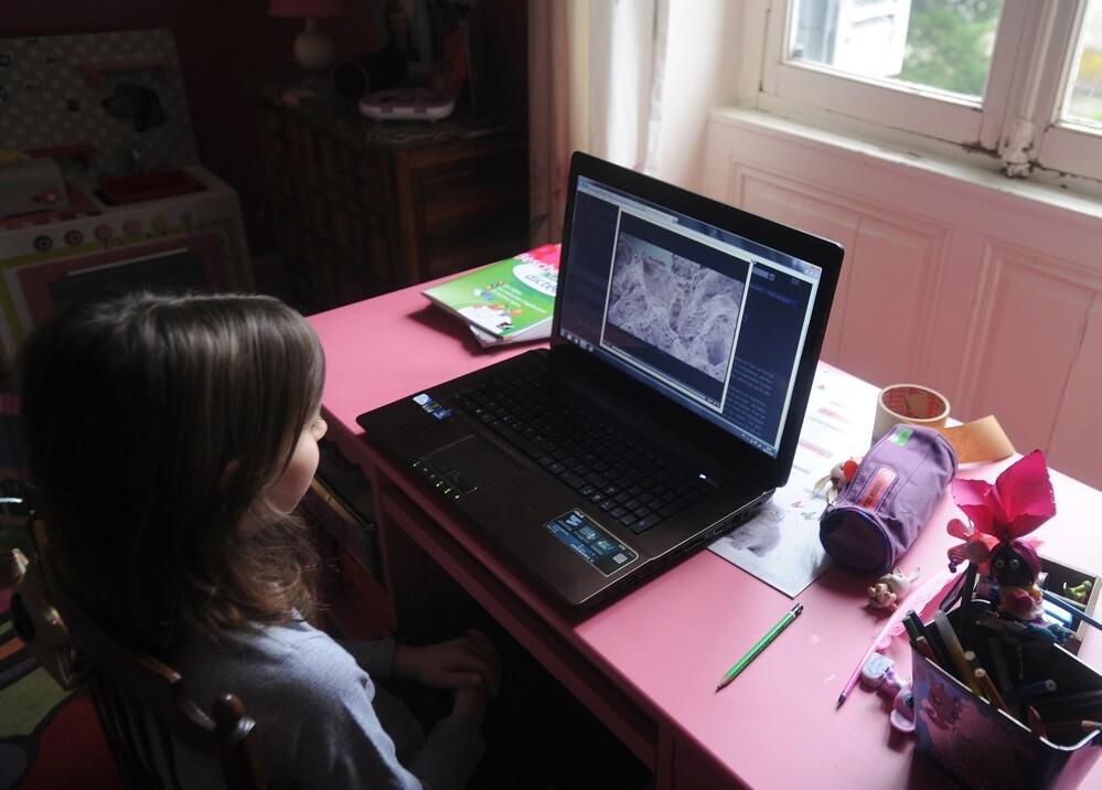 357446_Niña estudiando. Foto: AFP