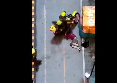Policías patearon a un protestante