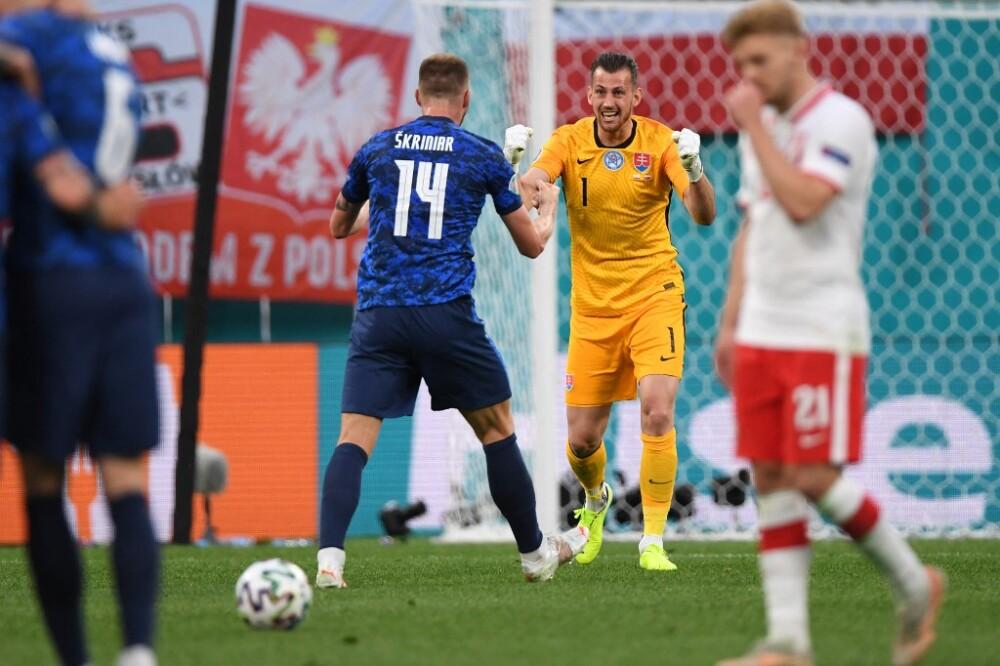 Martin Dubravka  celebra con Milan Skriniar la victoria de Eslovaquia ante Polonia