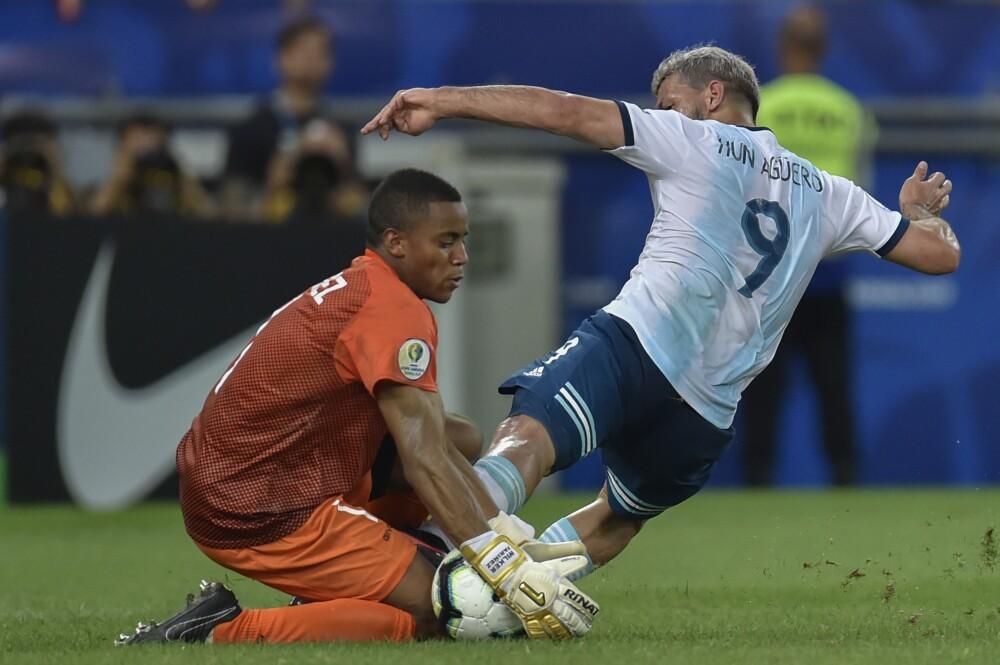 371180_Wuilker Faríñez en juego con su selección - AFP