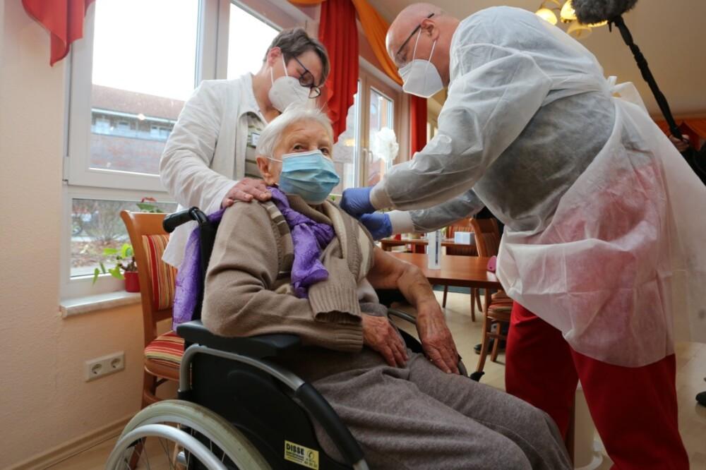Edith Kwoizalla, primera vacunada contra el COVID-19 en Alemania AFP.jpeg