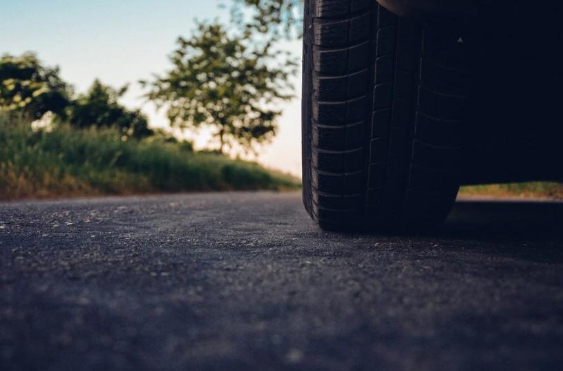 Hombre muere aplastado por su propio carro