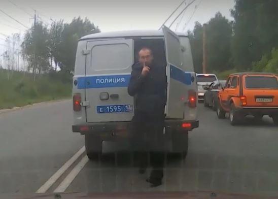 hombre escapó de patrulla policial y se volvió viral en redes sociales.JPG