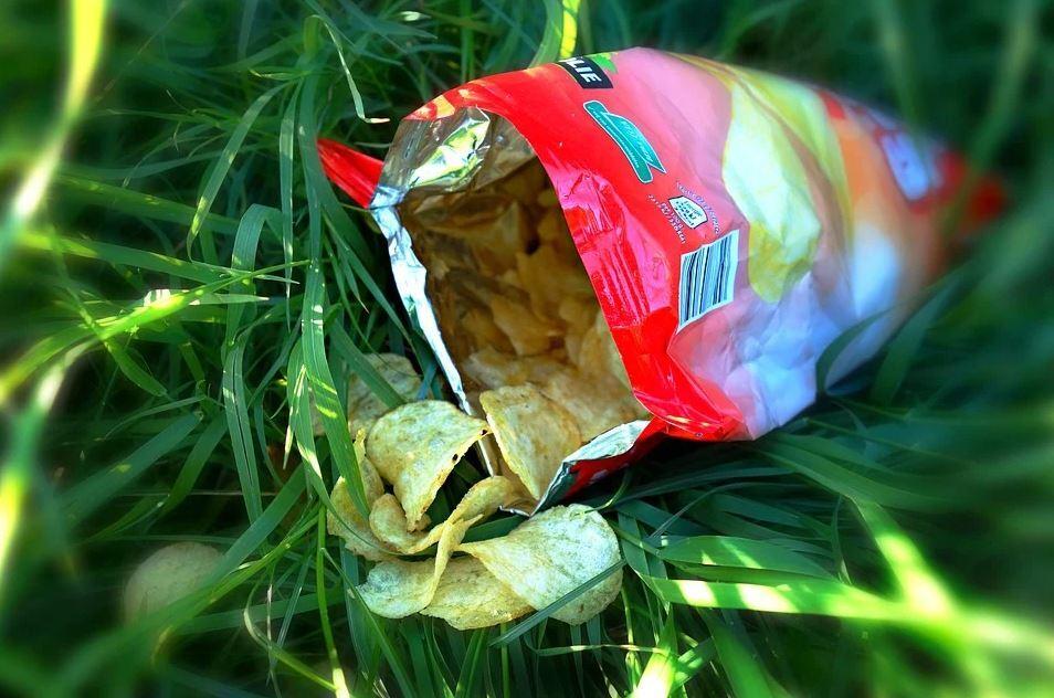 policia paquete de papas fritas