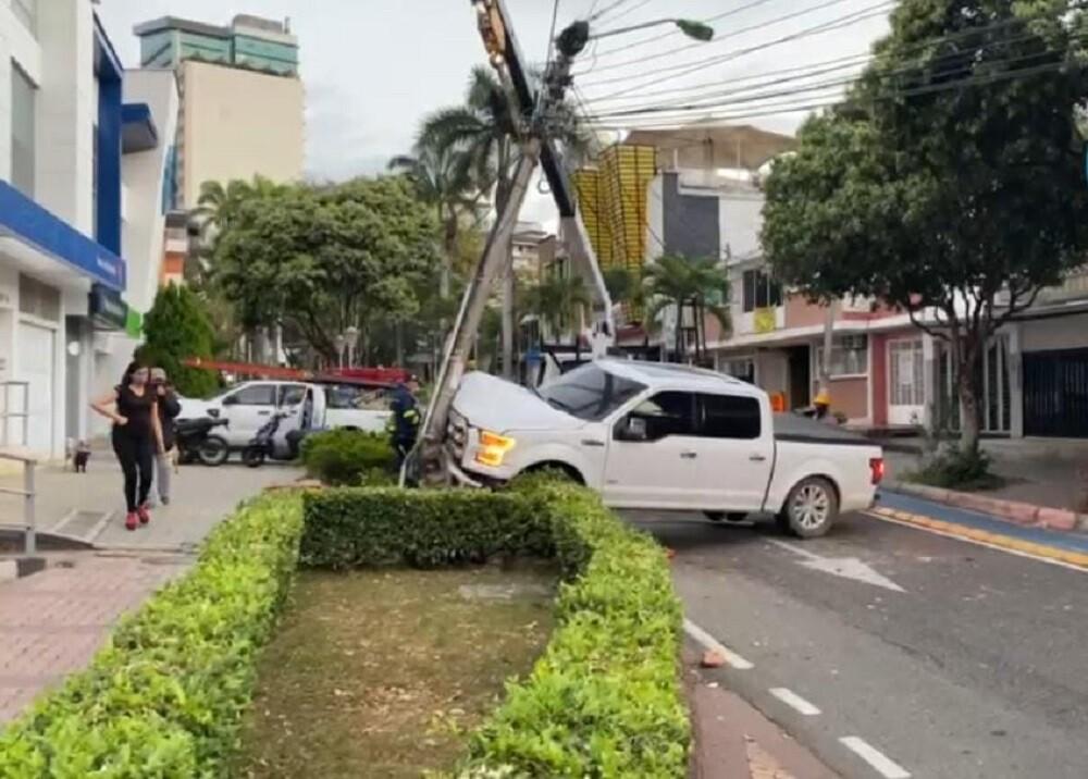 FOTO ACCIDENTE CAMIONETA LUJOSA.jpg