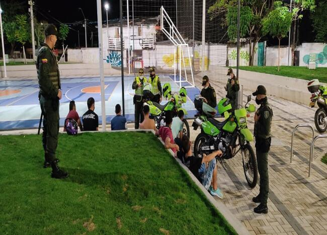 368428_blu_radio._menores_violando_toque_de_queda._foto._policia_bucaramanga.jpg