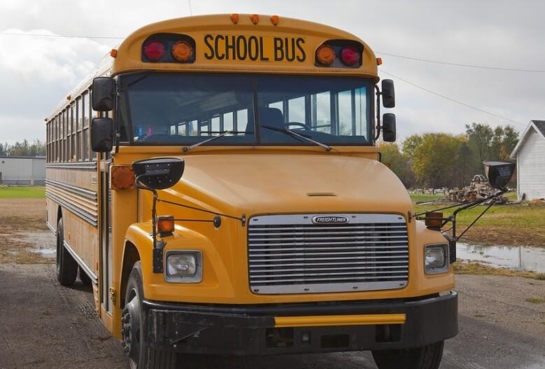 Niño saltó de un bus escolar en movimiento