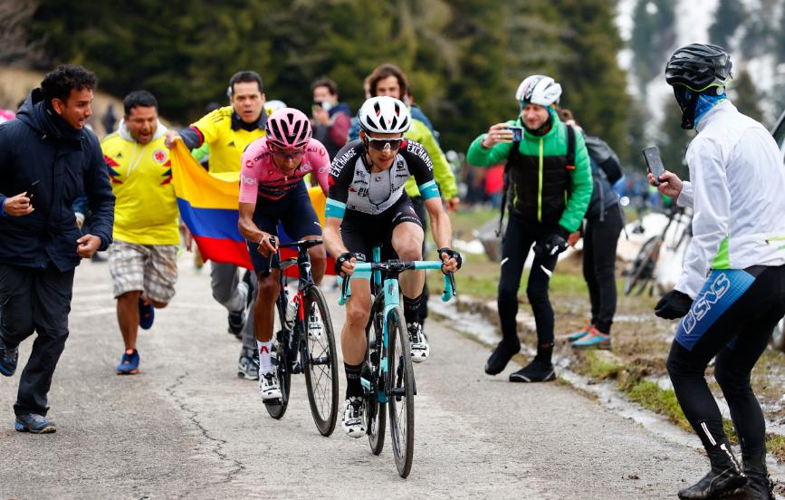 Egan Bernal y Simon Yates en la etapa 14 del Giro de Italia.